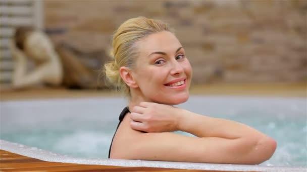 Krásná žena relaxační ve vířivce