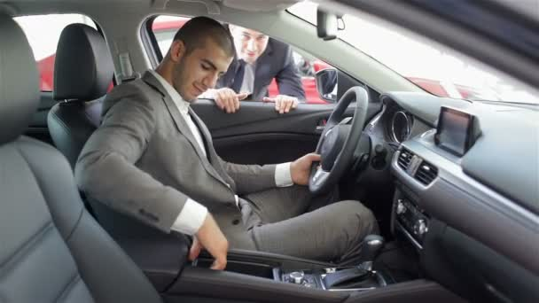 Az ember egy autókereskedését felvásárlás egy automatikus