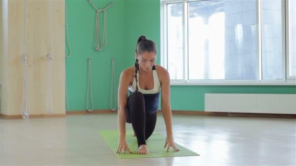 mladá atraktivní dívky jógu