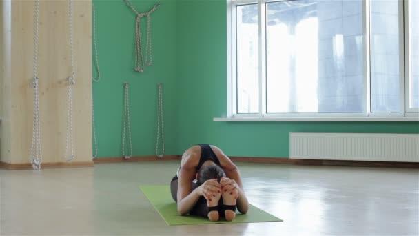 hezká mladá žena školení jógy