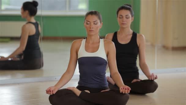 fiatal lány a jóga osztályok