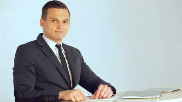 mladý podnikatel se usmívá na kameru