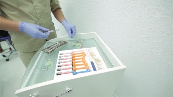 Zubař odhaluje novokain injekční lahvičky a připravuje