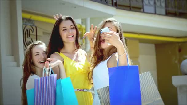 Young Graces shopping photographing themselves on the smartphone
