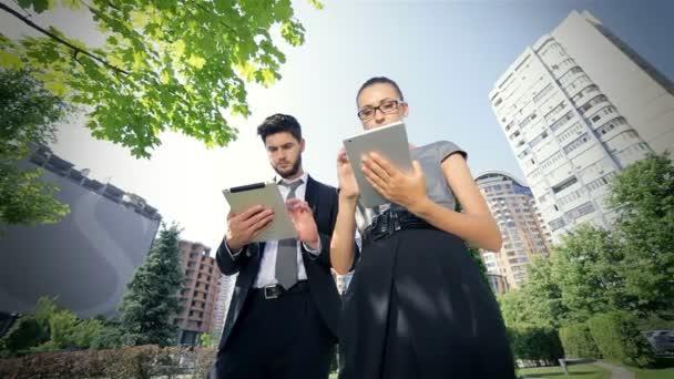 Csúszó kamera az üzletember fut tabletta az üzleti kérdések