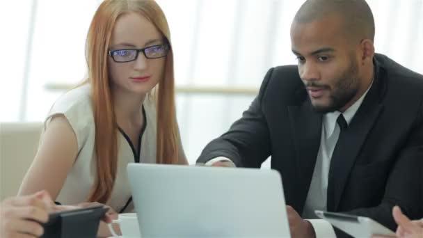 Dva podnikatel diskutuje o dokumentech