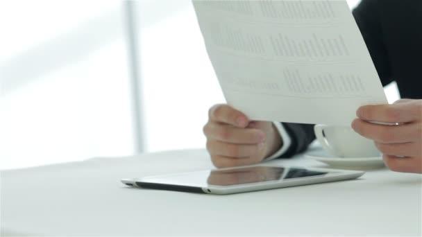 papír tartó kezek