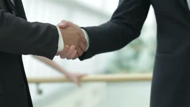 handshake mezi dvěma podnikateli