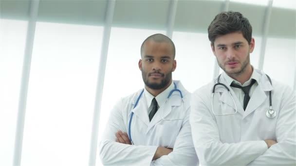 Porträt zweier junger Ärzte im Arztkittel