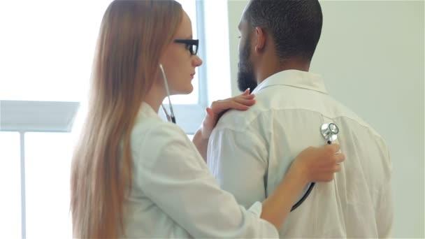 Doktor poslouchá pacienty zpět