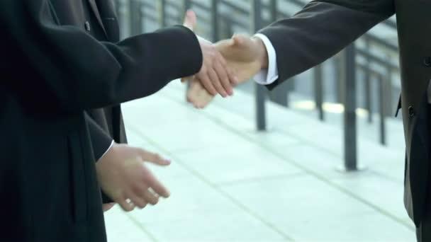 Uvítací noví partneři pozvaní handshake