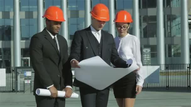 Architekt tři jistý podnikání v ochranné přilbě