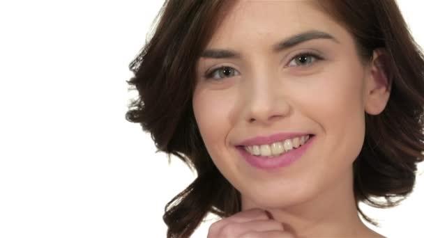 Detailní portrét krásná žena modelu tváře s kůže nadaci na bílém pozadí