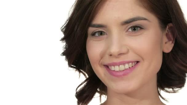 portrét mladé krásné ženy s elegantní make-up nad bílým pozadím