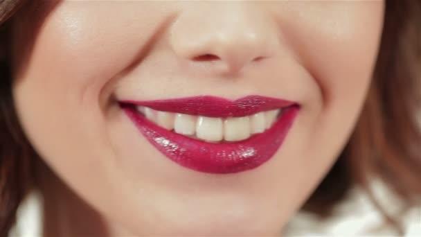 zblízka tváří krásy mladé ženy - rty make-up zóna