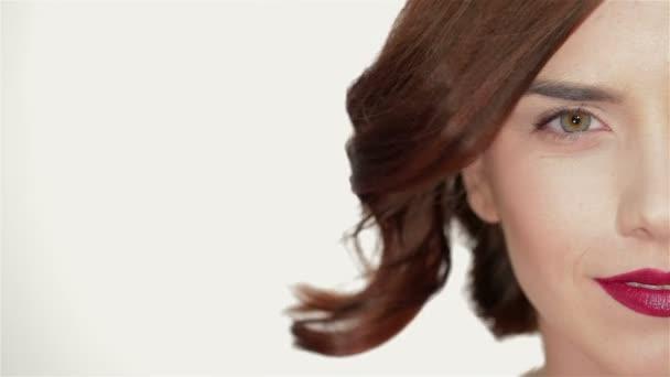 Část obličeje atraktivní ženách s módní červené rty make-up
