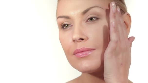 součástí ženského obličeje a rukou, bílé pozadí, copyspace
