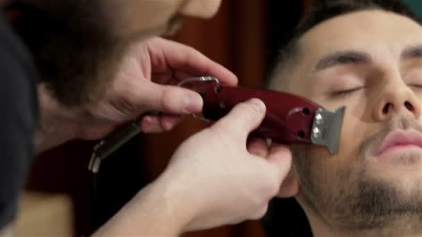 Holič oholit a modelování vousy na vlasy salo