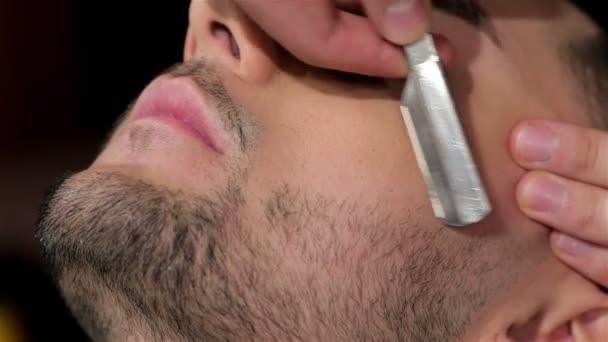 Pohledný muž se těma oholenýma v holičství