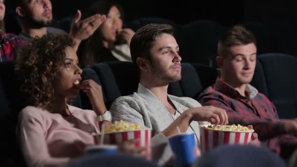 eine Gruppe von Menschen, die einen Film mit Emotionen ansehen