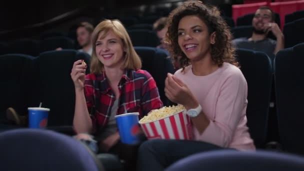 Gruppe lächelnder Menschen beim Filmgucken
