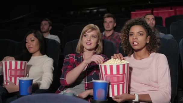 Gruppe junger Leute sitzt im Multiplex
