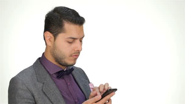 mladý podnikatel pomocí mobilního telefonu