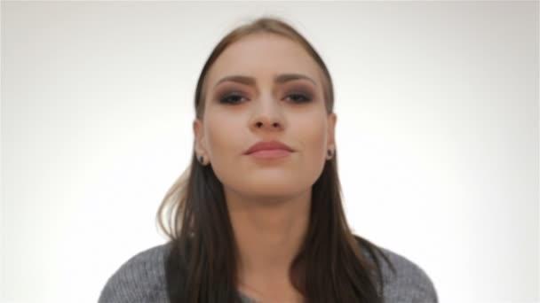 Atraktivní žena fouká polibek