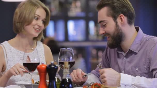 nádherný pár s romantickou večeři v restauraci