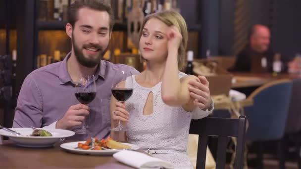 snoubenci s poháry v restauraci