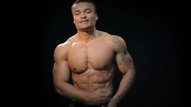 starke Bodybuilder mit six-pack