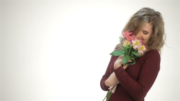 šťastná dívka s kyticí