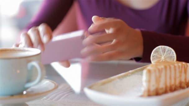 Žena s smartphone a kávy cup v kavárně