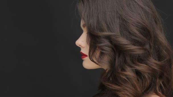 Koncepce zdravých vlasů mladé dívky
