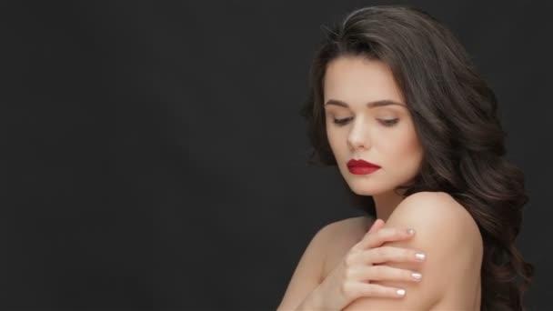 Atraktivní mladá žena s odhalenými rameny