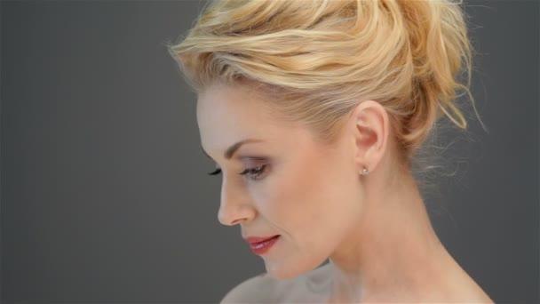 Krásná blondýna vypadá