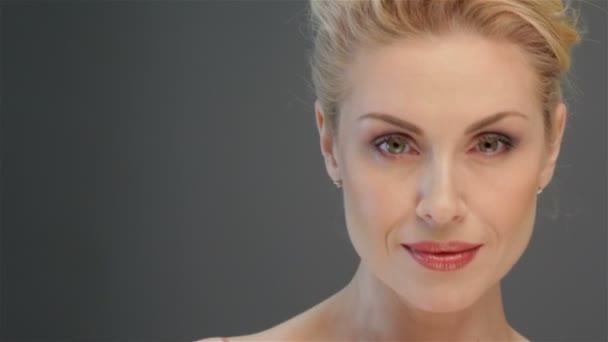 atraktivní blondýnka pózuje