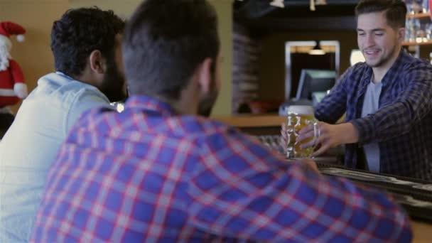 Freunde trinken Bier an der Theke im pub
