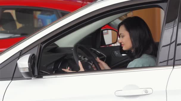 giovane donna seduta in auto