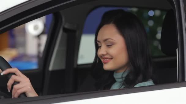 Žena ukazuje klíč své nové auto