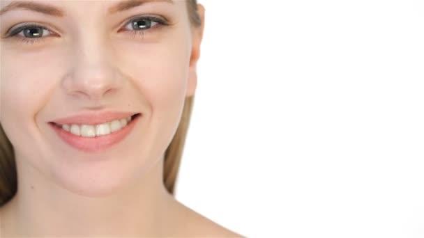 Krásná mladá blondýnka zubatými úsměv