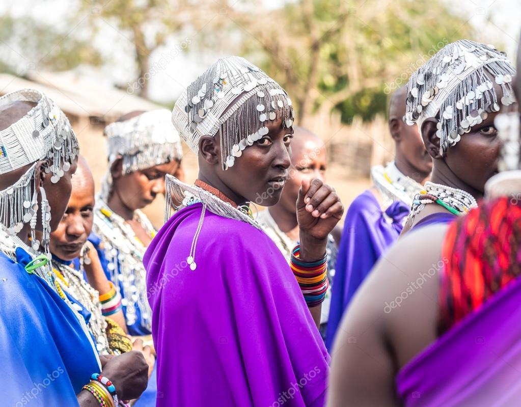 Canto y mujeres Maasai bailando — Foto editorial de stock ...
