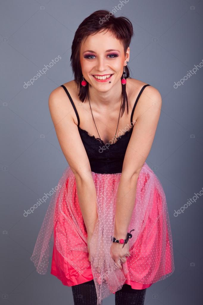 Chica Morena Elegante Con Aretes En Vestido Rosa Y Negro