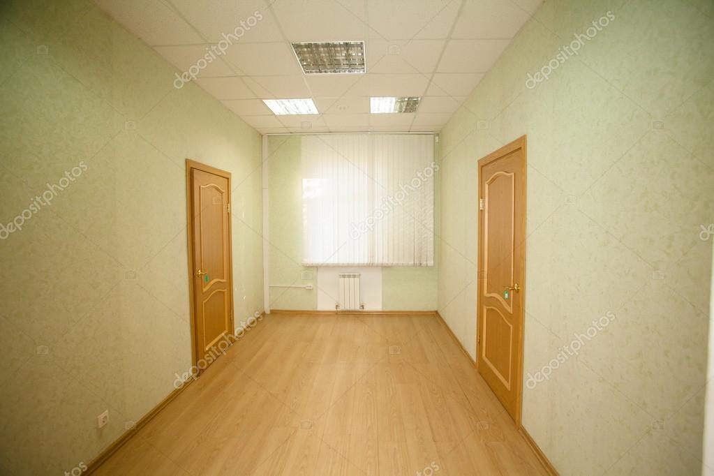 Gang met twee houten deuren u stockfoto traza