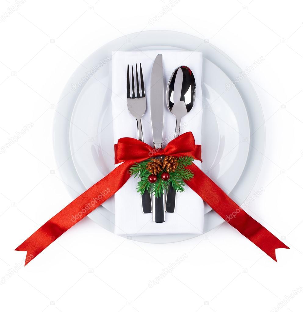 weihnachten teller und besteck mit roter schleife isoliert auf weiss stockfoto kovaleva ka. Black Bedroom Furniture Sets. Home Design Ideas