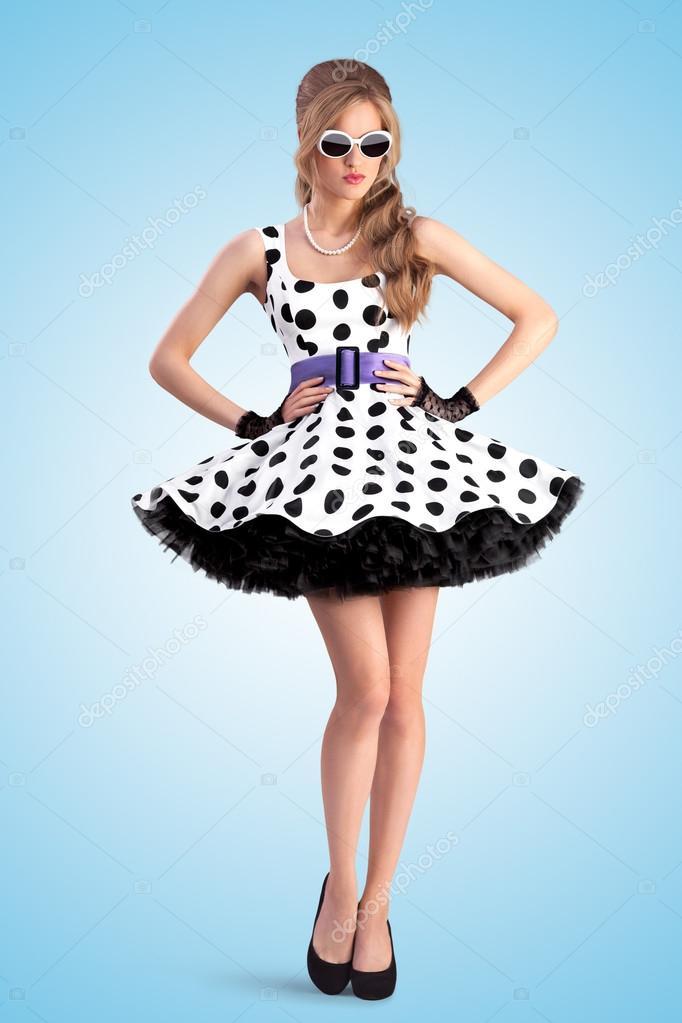 Kreatív fotó a vogue pin-up lány öltözött egy retro pöttyös ruhát és  napszemüveg a1e17c1eb0