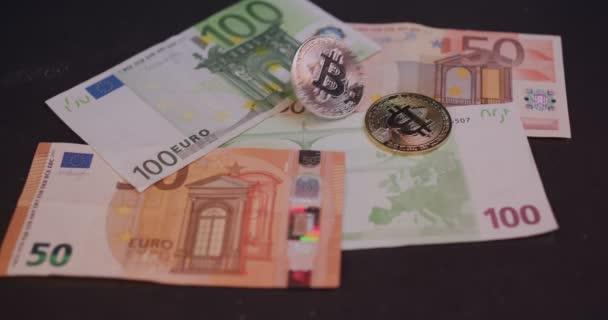 Bitcoin a eurobankovky. Kryptografický bitcoin. Zlatou minci. Zpomalené video.