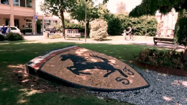 Maranello, Itálie, logo Ferrari květinové záhony na Piazza Roma gardens