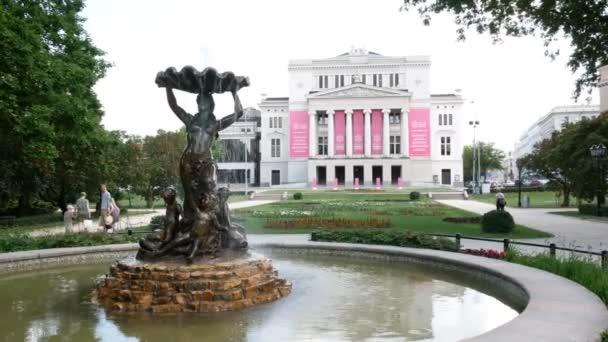 Riga, Lotyšsko, Fountain Nymph před Lotyšskou národní operou