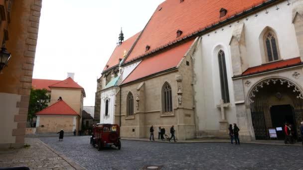 Bratislava, Slovensko, turistický vlak vedle kostela sv. Martina